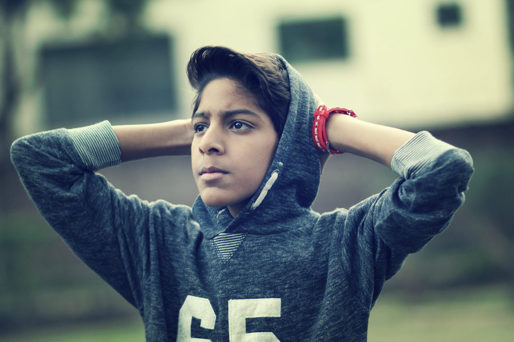 Un adolescent en sweet à capuche